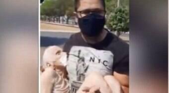 Neto carrega avó após posto negar drive-thru para vacinação