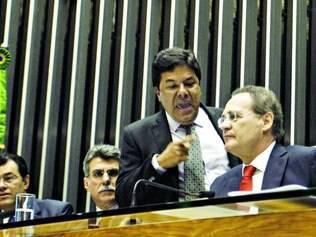 Farpas.   Mendonça Filho acusou o peemedebista Renan Calheiros de manter a sessão sem o número mínimo de congressistas exigido em plenário