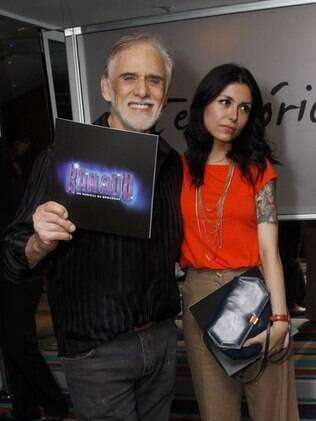 Francisco Cuoco conferiu peça ao lado da namorada, Thaís Rodrigues