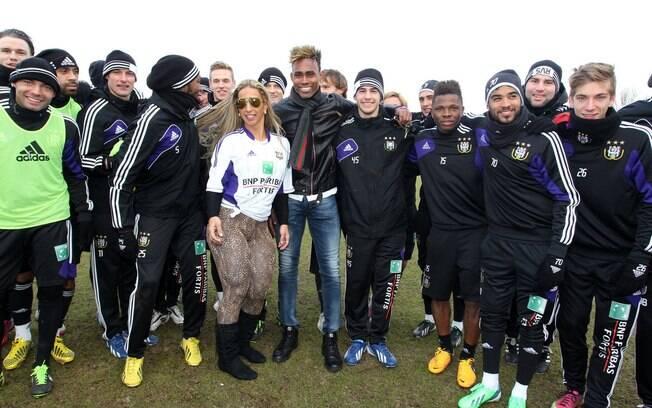 Funkeira Valesca Popozuda posa para fotos com  a equipe do Anderlecht