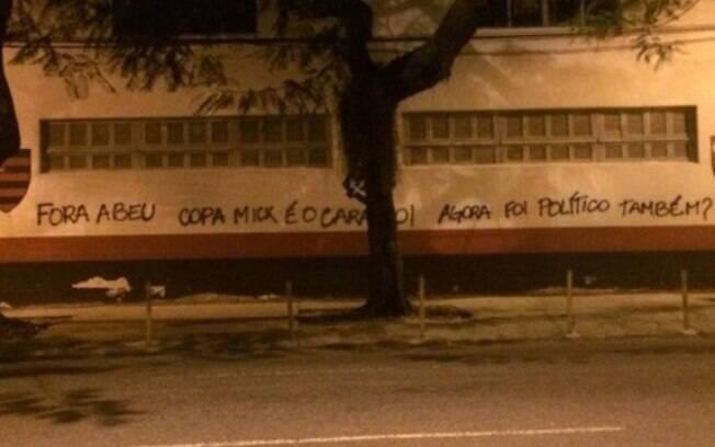 Torcida do Flamengo voltou a pichar o muro da Gávea