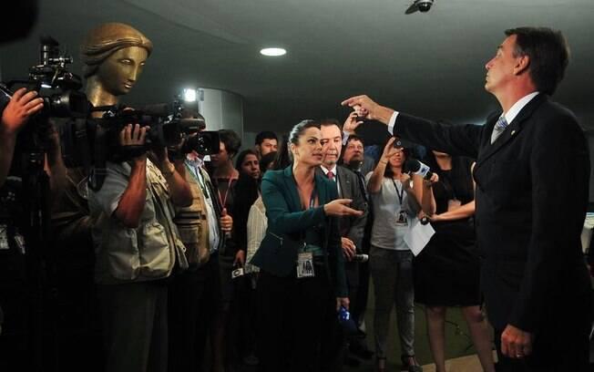 No vídeo da campanha de Geraldo Alckmin, Bolsonaro discute com a deputada Maria do Rosário e com uma jornalista