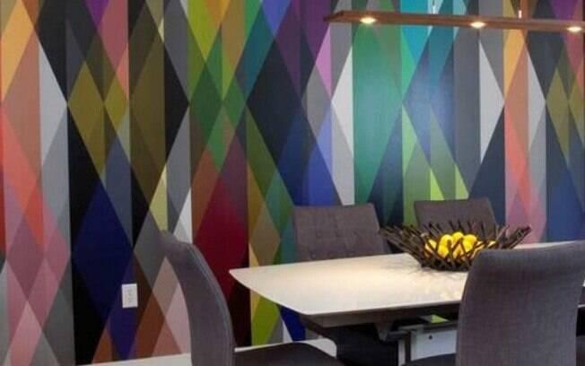 Adotar um papel de parede geométrico e colorido ajudar a dar mais vida e deixar o cômodo escolhido para recebê-lo alegre