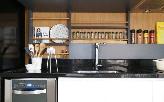 O painel de madeira na decoração da cozinha cabe muito bem; veja sugestões