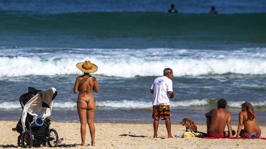 Cariocas ignoraram o uso de máscara em praias do Rio de Janeiro