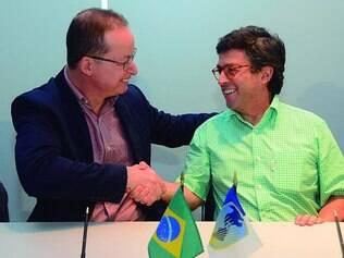 Bom negócio. Presidentes do BID (camisa verde) e do BDMG assinam convênio, na Costa do Sauípe