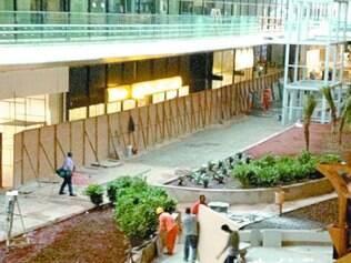 Decoração do aeroporto ganhou jardins, piso de granito e muitos tapumes