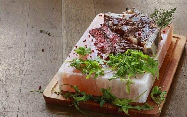 Cozinhar a carne na pedra de sal é um método que vem ganhando popularidade nos últimos anos