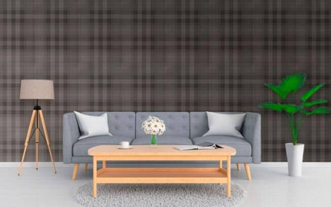 Uma sala com mobília e papel de parede puxado para o cinza