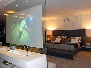 Na suite feita por Glaucya Taraskevicius, o painel de vidro recebeu projeções de imagens