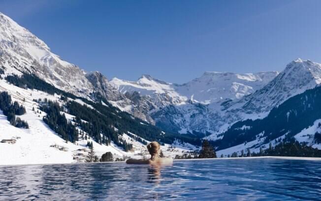No The Cambrian, Adelboden, é possível ter entre as fotos de viagem um registro na piscina com montanhas ao fundo