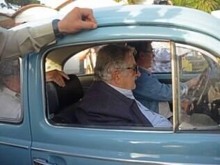 Mujica foi recebido em seu local de votação aos gritos de