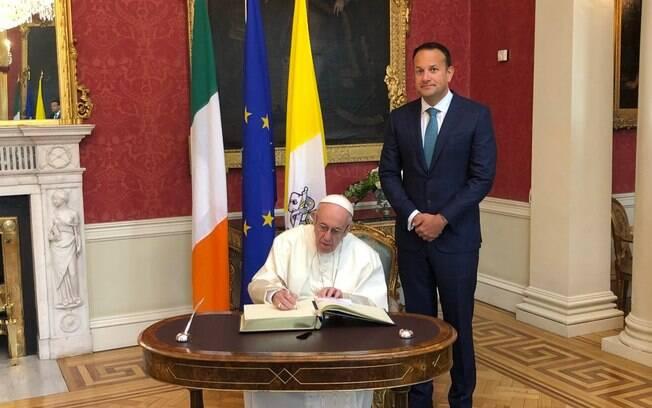Papa Francisco e primeiro-ministro da Irlanda, Leo Varakdar, em visita do pontífice neste sábado (25)