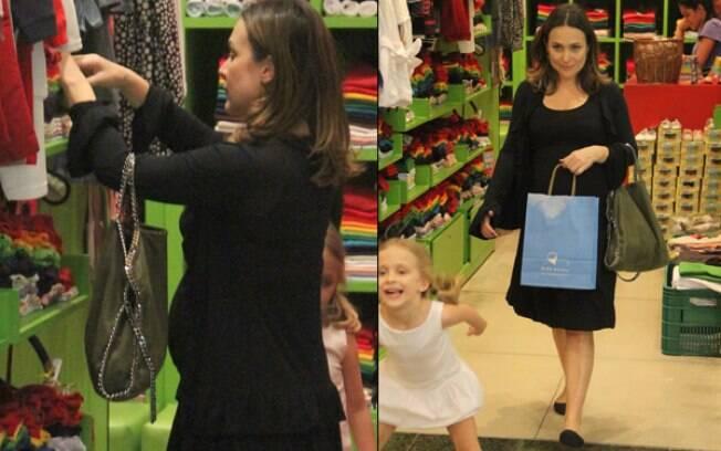 Gabriela Duarte faz compras ao lado da filha