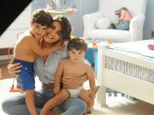 Juliana Paes grava propaganda de fraldas com os filhos Pedro e Antônio