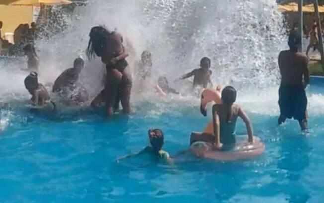 Visitantes do clube se aglomeram em piscina de clube aberto na pandemia