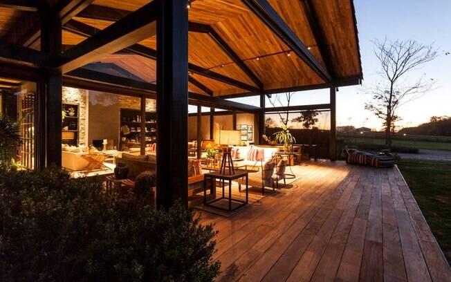 decoracao de interiores em casas de madeira:Projeto de casa de campo tem releitura moderna e sofisticada do estilo