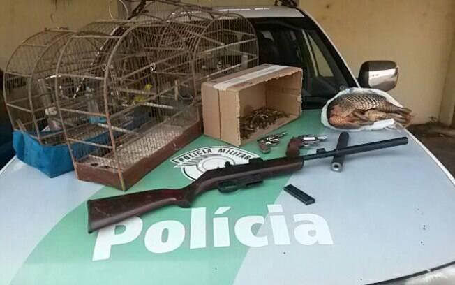 Armas apreendidas pela Polícia Militar Ambiental. Também foi encontrado um tatu morto