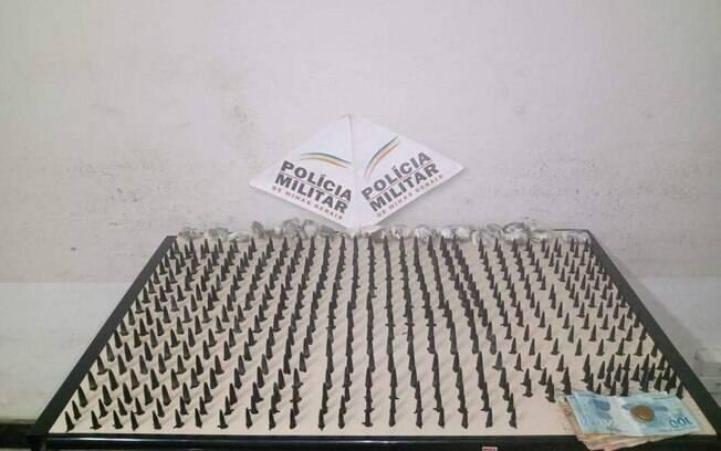 PM apreende mais de 400 pinos de cocaína e barras de maconha em Minas Gerais