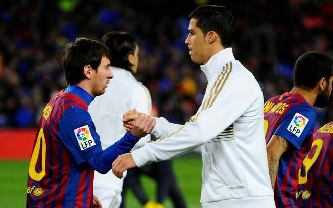 Messi e Cristiano Ronaldo se cumprimentam  antes de clássico na Espanha