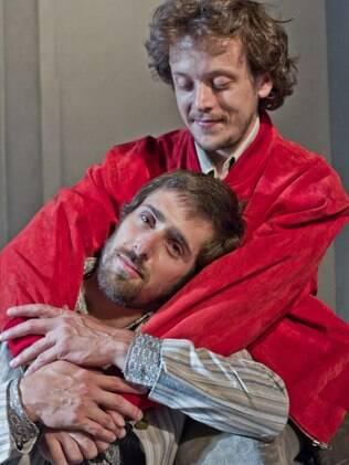 Thiago Carrera (de vermelho) e Felipe Ramos como A e B em 'Ou Você Poderia me Beijar'