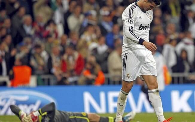 Cabisbaixo, Cristiano Ronaldo deixa o gramado  do Santiago Bernabéu após a eliminação do Real  Madrid para o Borussia Dortmund