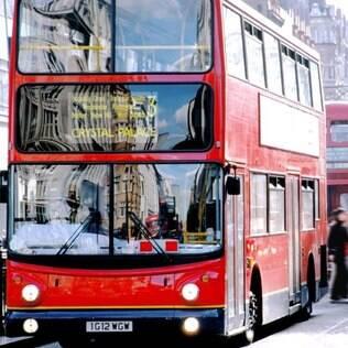 Além do metrô, ônibus são boas maneiras de se trasportar pela cidade. Ao menos fora dos horários de pico