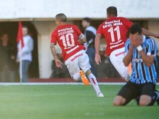 Com uma goleada avassaladora de 4 a 1 sobre o Grêmio na tarde deste domingo, no Centenário, o Internacional conquistou o título estadual pela quarta vez consecutiva