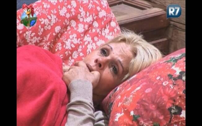 Monique Evans chora na varanda da sede