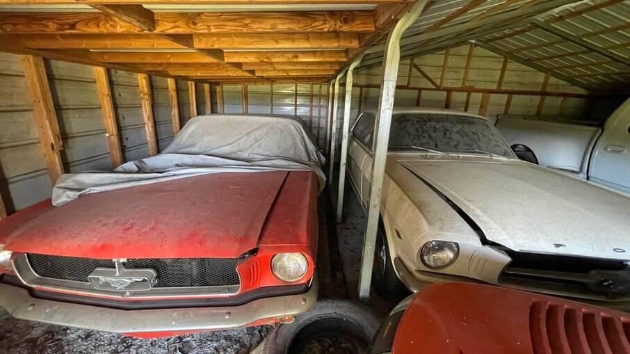 Ford Mustang 1965: dois exemplares com menos de 20 mil km e configuração rara ficaram décadas abandonados
