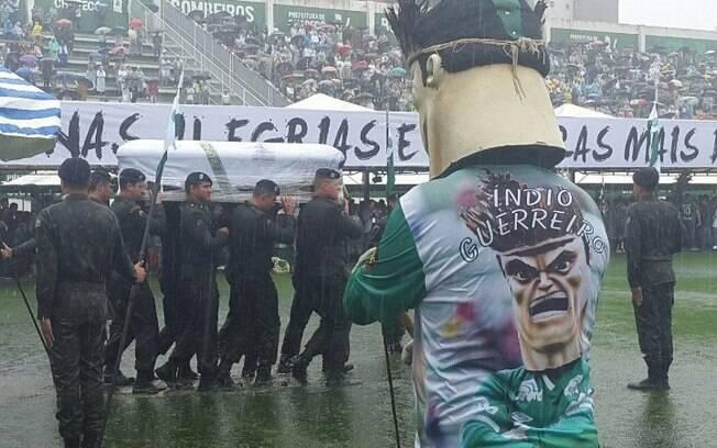 Mascote da Chapecoense acompanha a chegada dos caixões no gramado da Arena Condá
