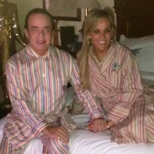 Chiquinho Scarpa e a noiva,Marlene Rito Nicolau, combinam pijamas em foto publicada pelo conde em seu Facebook