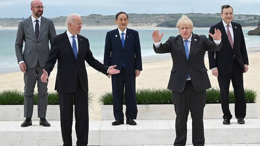 O presidente americano Joe Biden e o premier britânico Boris Johson entre outros líderes no encontro do G7