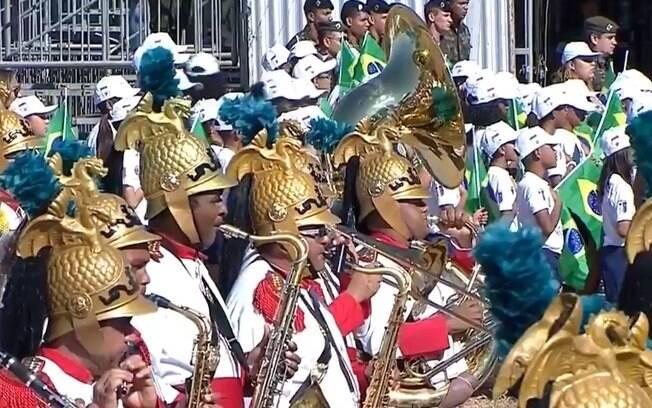 Desfile da Independência conta com militares, estudantes, viaturas e aeronaves, além da Esquadrilha da Fumaça