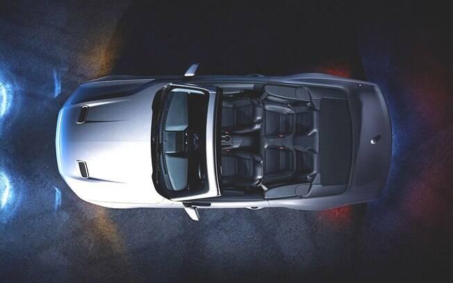Interior do renovado Ford Mustang conversível com os quatro lugares bem demarcados e aberturas no capô