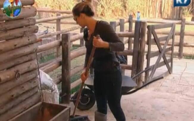 Joana Machado reclama de sono enquanto varre o curral da vaca