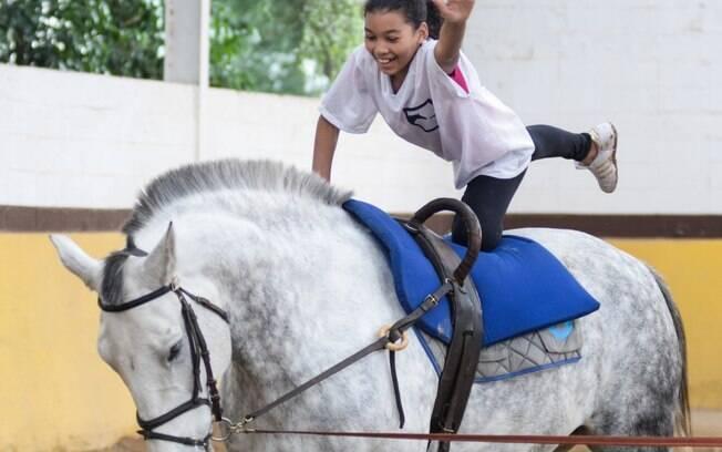 Semanalmente crianças e adolescentes praticam o Volteio Interativo, uma das várias modalidades do programa de Equoterapia desenvolvido gratuitamente pela Polícia Militar de São Paulo