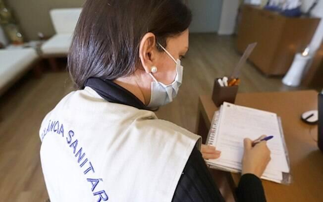 Vigilância inspeciona 24 estabelecimentos e autua uma escola em Campinas