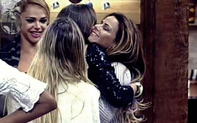 Nicole Bahls chega na sede e dá um abraço em Viviane Araújo