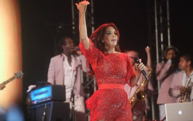Ivete Sangalo escolheu um vestido vermelho para a virada no mesmo local onde cantou no ano anterior
