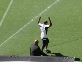 Massagista do Cruzeiro faz gesto provocando a torcida do Galo