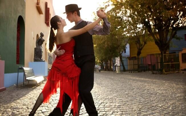 Casal faz apresentação de tango nas ruas de Caminito