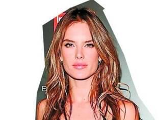 Alessandra Ambrósio com um modelo dourado ideal para festa