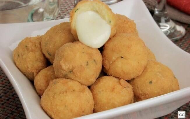 Bolinho de purê recheado com queijo diferente e cremoso
