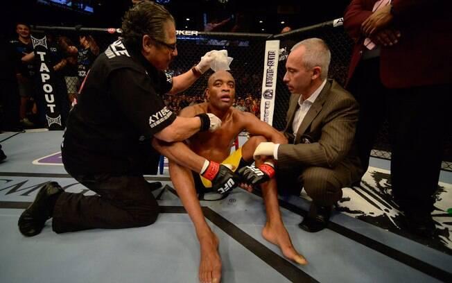 Anderson é atendido após sofrer nocaute de  Weidman