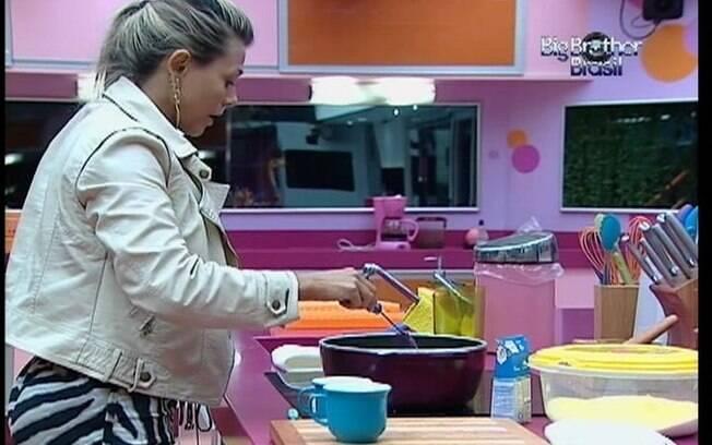 Fabiana começa a fazer o doce sozinha, mas depois recebe a companhia de Kelly