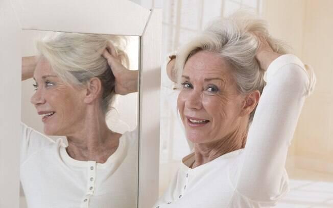 Mesmo arranchando os cabelos brancos não vão nascer fios coloridos, porque o folículo ainda vai produzir sem melanina