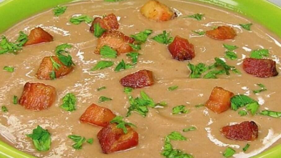 Este caldinho de feijão cremoso com bacon e temperos no ponto certo fica pronto em apenas meia hora!