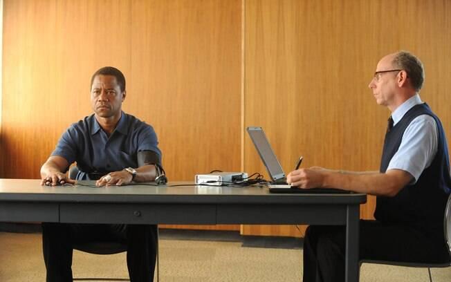 Cuba Gooding Jr. como O.J Simpson na dramatização de um dos casos policiais mais célebres da história dos EUA