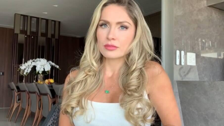 Renata Dávila diz que ex-marido cortou a luz e não paga a pensão da filha